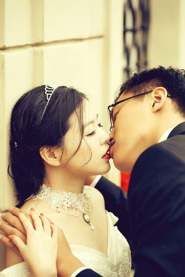 Chinese leuke jonge jonggehuwden royalty-vrije stock foto's