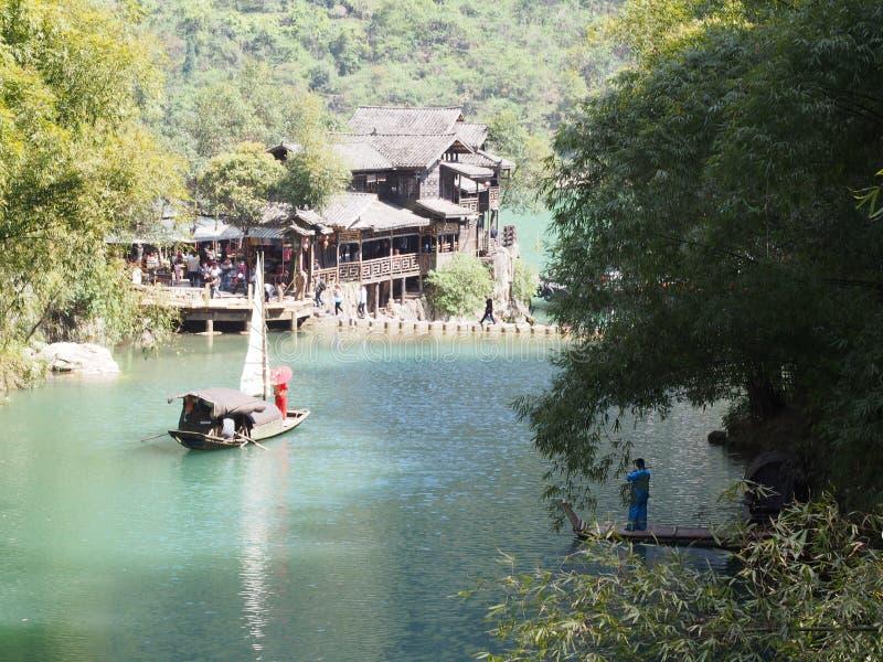 Chinese-lokaler Musiker mit Bambusbaum und der Fluss am Standort lizenzfreie stockfotografie
