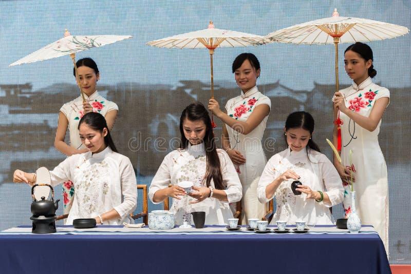 Chinese meisjes die theeceremonie uitvoeren in Expo 2015 in Milaan, Ita stock foto