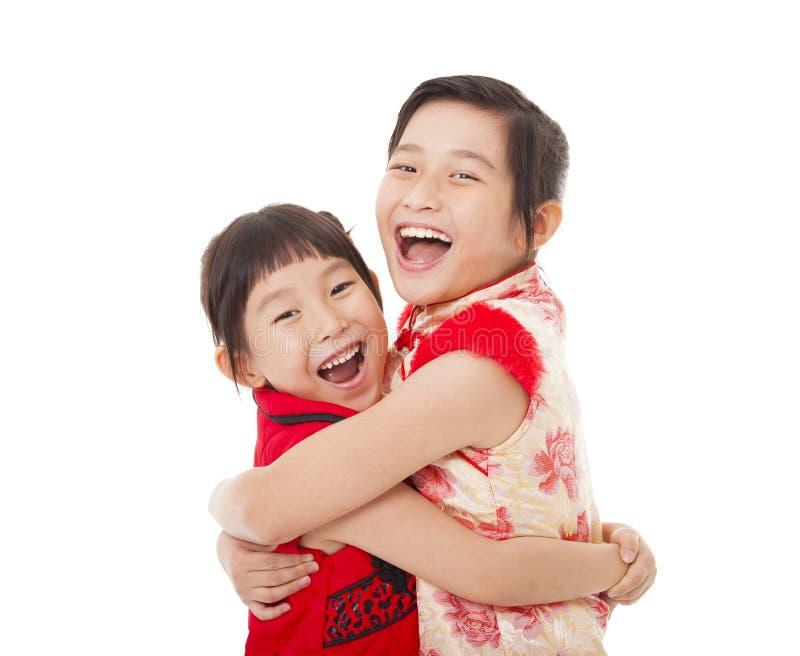 Chinese meisjes en elkaar het Geven van Omhelzing royalty-vrije stock foto's