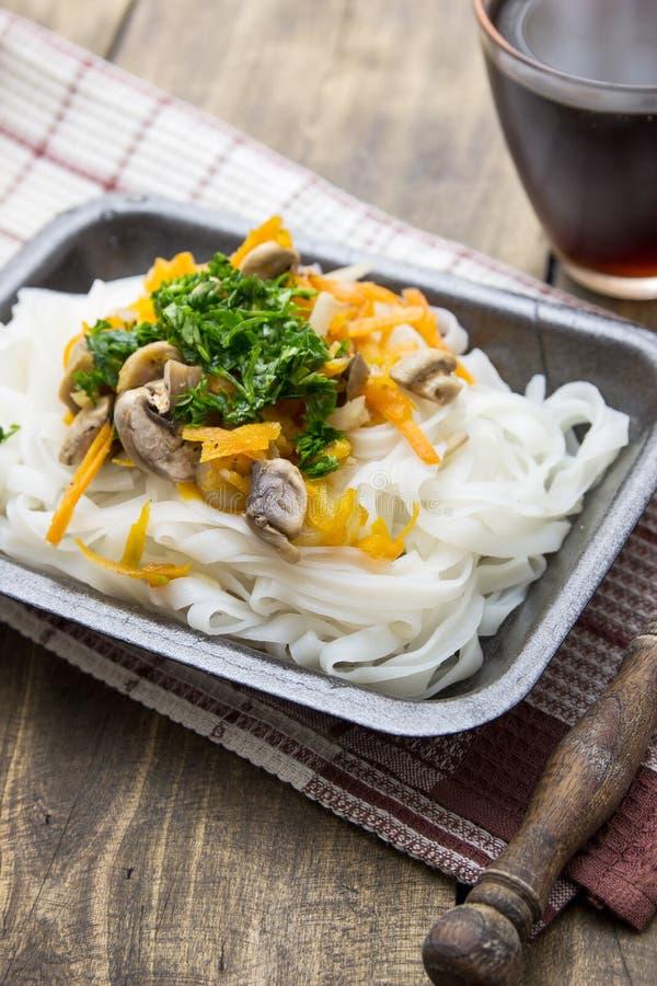 Chinese mengelingsgroenten en rijstnoedels royalty-vrije stock foto