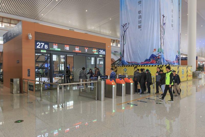 Chinese mensen binnen het onlangs geopende hoge snelheidsstation in Kunming Het nieuwe snelle station verbindt Kunming met Peking royalty-vrije stock fotografie