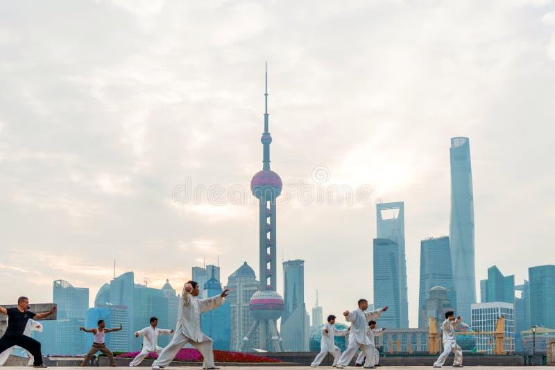 Chinese mensen in de Dijk van Shanghai om tai chi te spelen royalty-vrije stock afbeeldingen