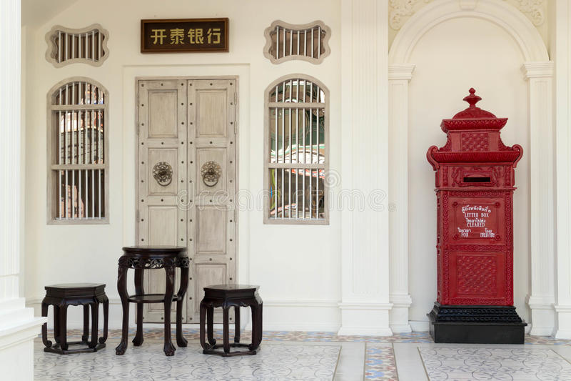 Chinese meubilair en postbox royalty-vrije stock afbeelding