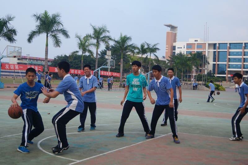 Chinese middelbare schoolstudenten die basketbal spelen stock afbeelding