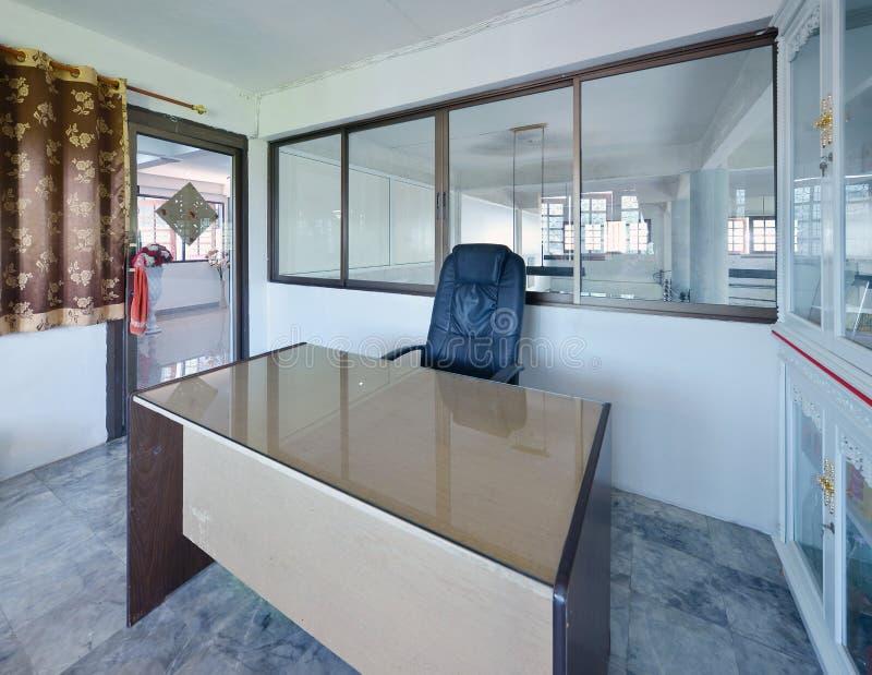 Chinese moderne werkende ruimte met een bureau en een kabinet stock foto's