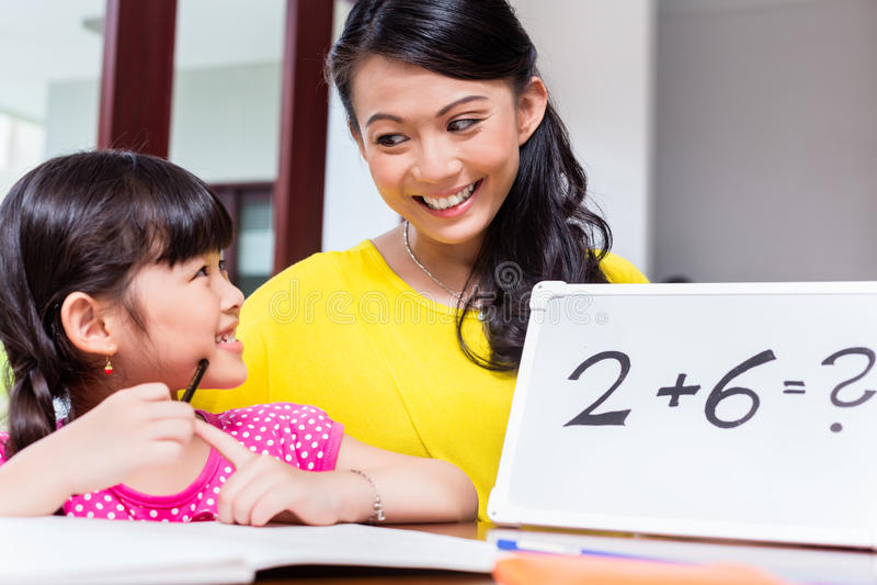 Chinese moeder die aan kind onderwijzen royalty-vrije stock foto's