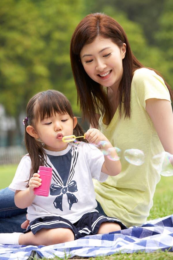 Chinese Moeder met Dochter in Park royalty-vrije stock foto