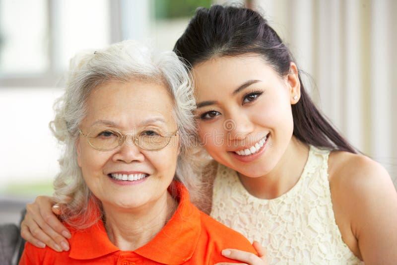 Chinese Moeder met Volwassen Huis DaughterAt stock foto