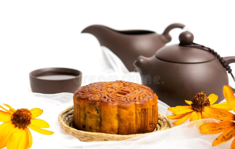 Chinese Mooncake voor de medio-Herfstfestival en geïsoleerde thee royalty-vrije stock foto