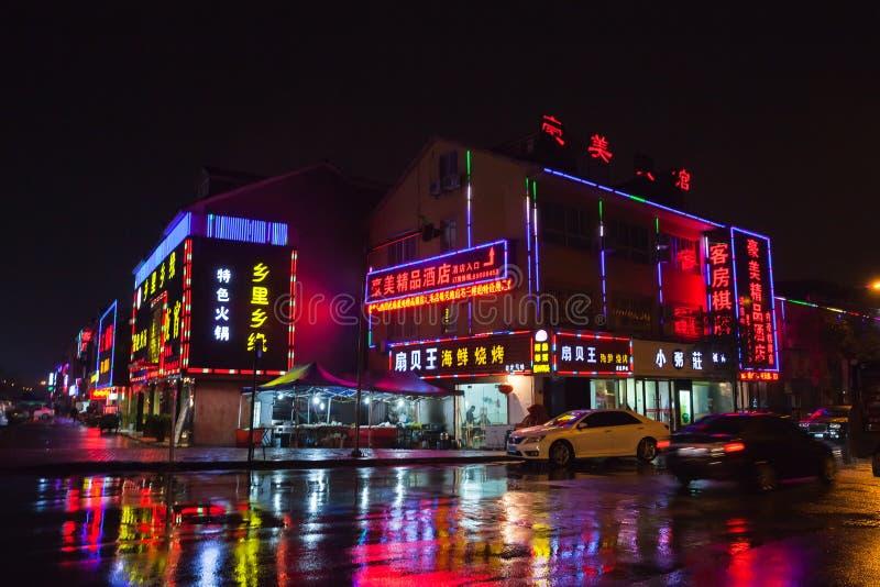Chinese nachtstraat met reclame stock foto's