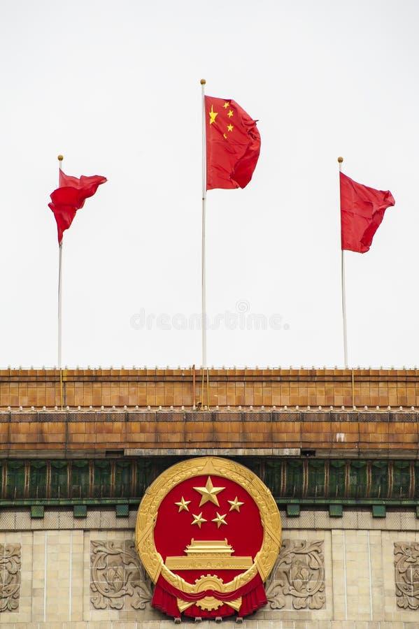 Chinese nationale embleem en vlag royalty-vrije stock afbeelding