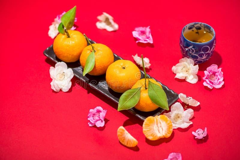 Chinese nieuwe jaar` s decoratie Mandarijntje op rode achtergrond stock afbeelding