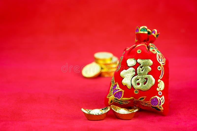 Chinese nieuwe jaardecoratie: rood gevoeld stoffenpakket of ANG pow w stock afbeeldingen