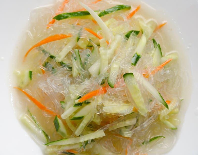Chinese noedels met komkommer en wortelclose-up stock foto's