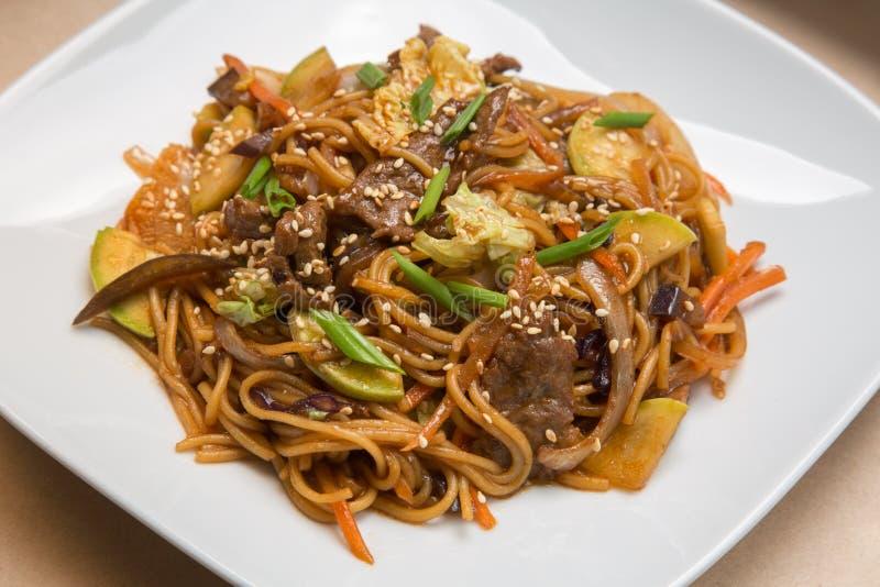 Chinese noedels met rundvlees stock foto