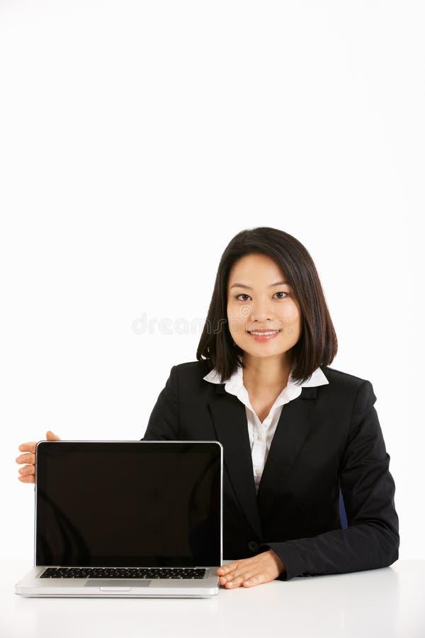Chinese Onderneemster die aan Laptop werkt stock afbeelding