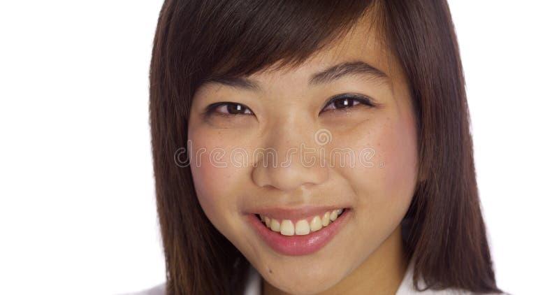 Chinese onderneemster die bij camera glimlacht royalty-vrije stock afbeeldingen