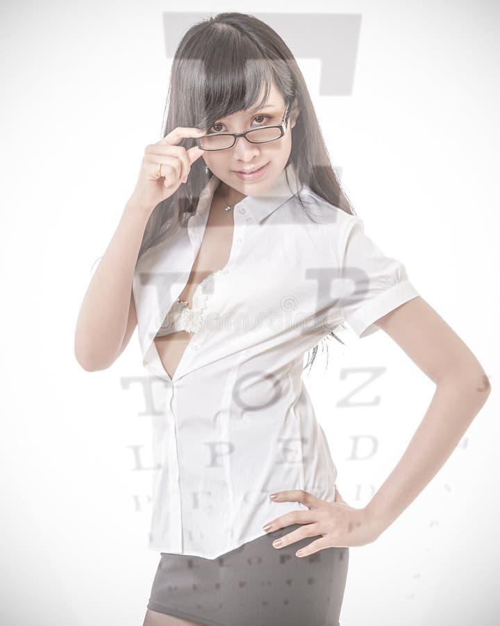 Chinese onderneemster met glazen met de grafiek van de zichttest over royalty-vrije stock afbeeldingen