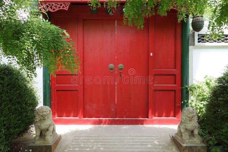 Chinese oude deur met steenleeuwen royalty-vrije stock afbeeldingen