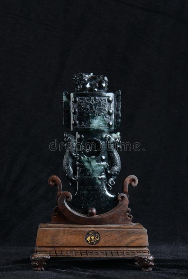 Chinese oude jade het snijden kunst op een zwarte achtergrond stock foto