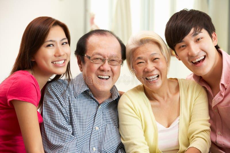 Chinese Ouders met het Volwassen Ontspannen van Kinderen royalty-vrije stock fotografie