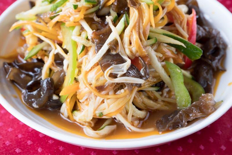 Chinese paddestoelsalade enokitake, zwarte paddestoelen muer, komkommers, peper en saus met kruiden Gouden draad royalty-vrije stock foto's