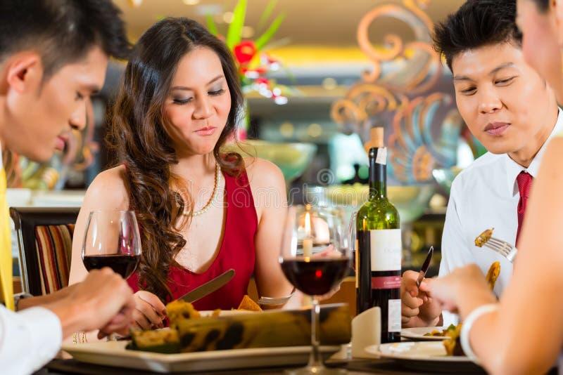 Chinese paren die met wijn in restaurant roosteren royalty-vrije stock foto