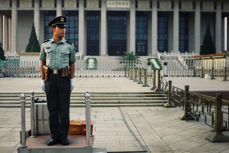 Chinese politieman bij zijn wachtpost voor het Mao-mausoleum stock foto's