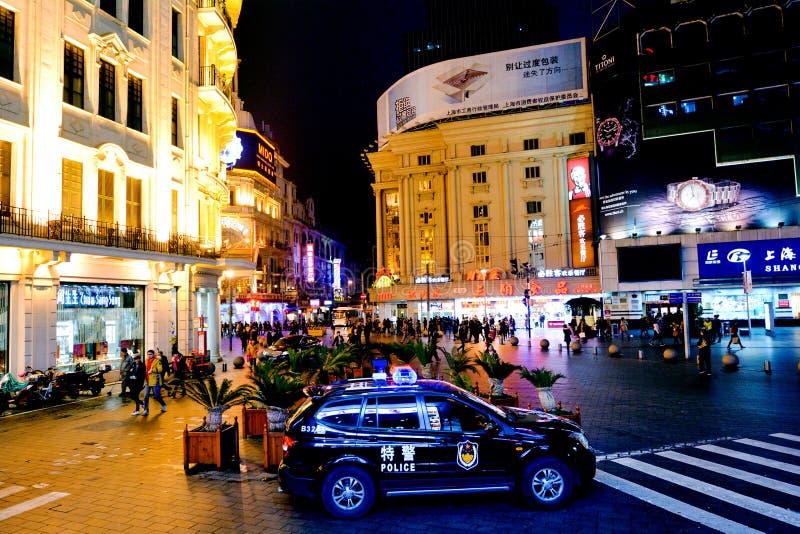 Chinese politiewagen die Nanjing-Road in Shanghai, China bewaken royalty-vrije stock afbeelding