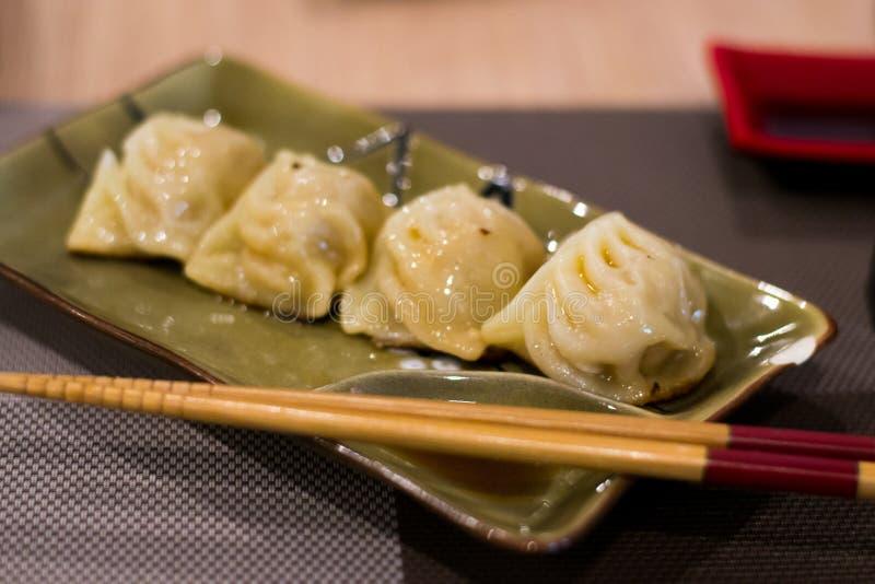 Chinese ravioli op een plaat met saus royalty-vrije stock foto's