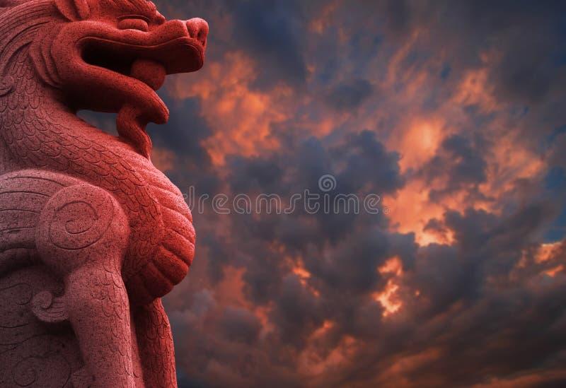 Chinese Rode Draak met Wolken royalty-vrije stock afbeelding