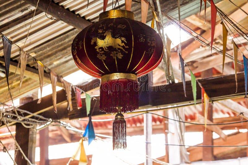 Chinese rode lantaarn dat de Chinese mensen het hangen verkiezen stock afbeeldingen