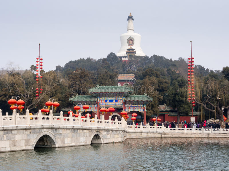 Chinese steenbrug en witte stupa royalty-vrije stock afbeelding