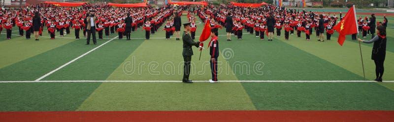 Chinese students do basketball GymnasticsChinese Studenten die bij Junior Team Ceremony aansluiten zich stock foto's