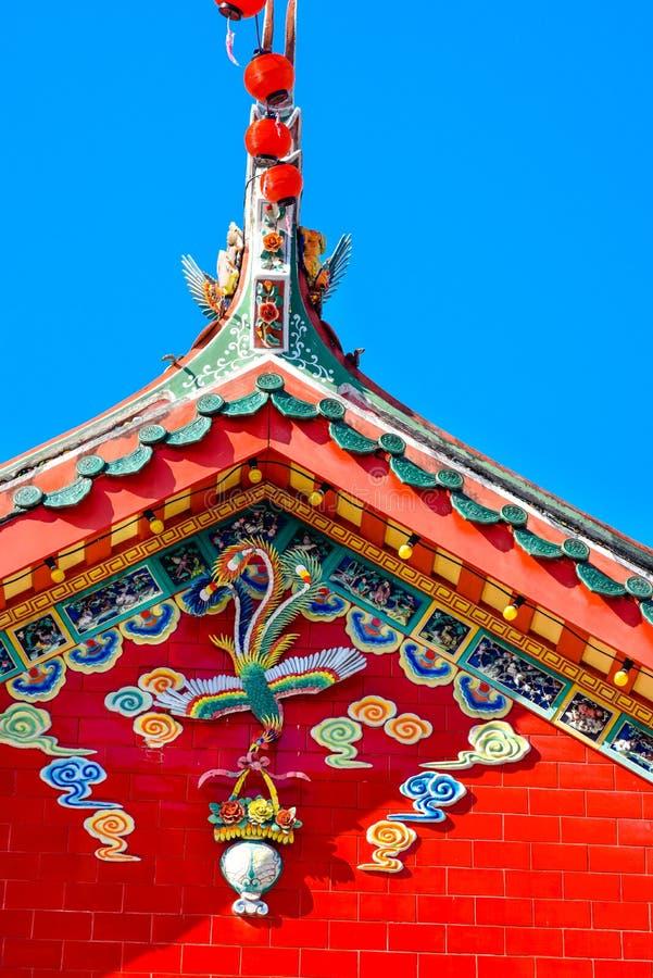 Chinese tempel met Phoenix, blauwe hemel stock afbeeldingen