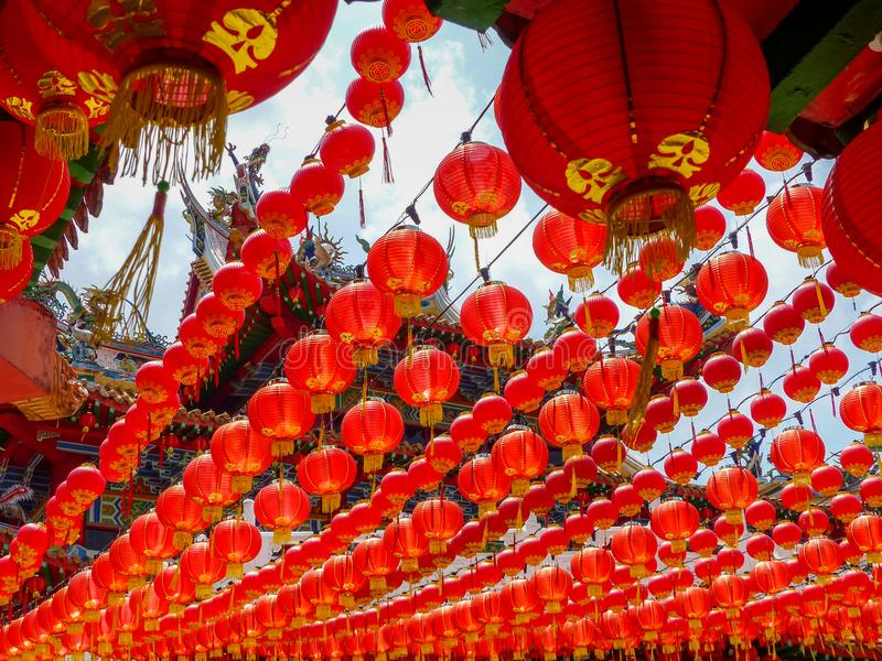 Chinese tempel van onder een luifel van rode Chinese lantaarns stock foto's