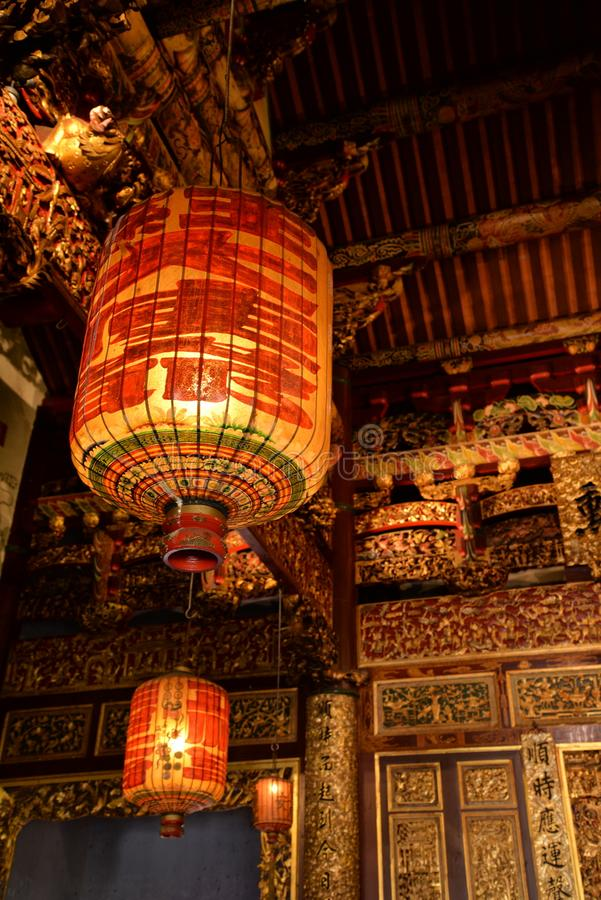 Chinese tempellantaarn en binnen gouden decoratie stock afbeelding
