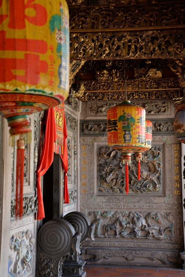 Chinese tempellantaarn en binnen gouden decoratie stock fotografie