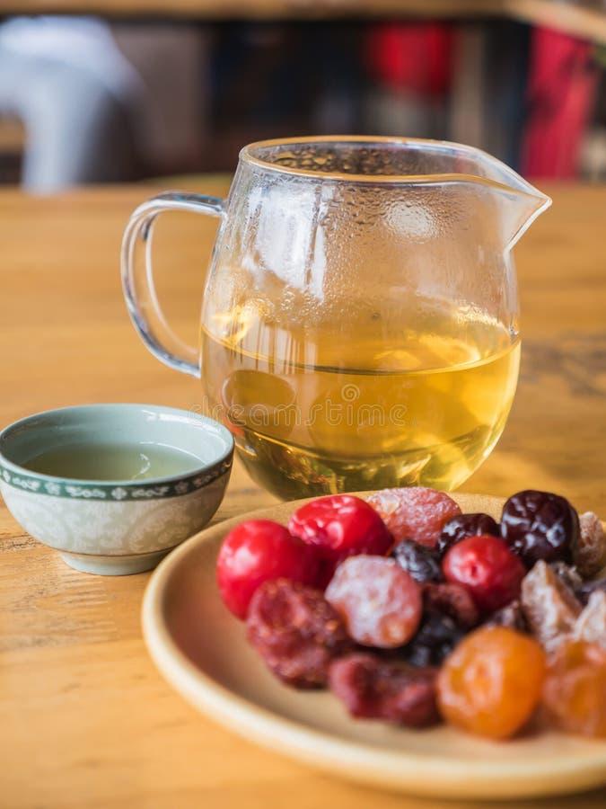 Chinese thee met fruitdomein stock afbeeldingen