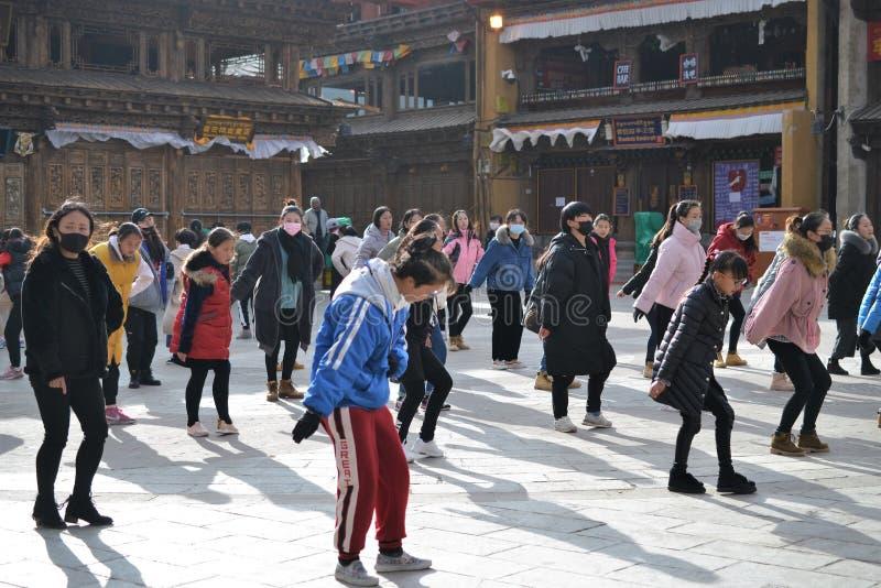 Chinese Tibetan girls dancing in old town Shangri La, Xianggelila, Yunnan, China stock photography