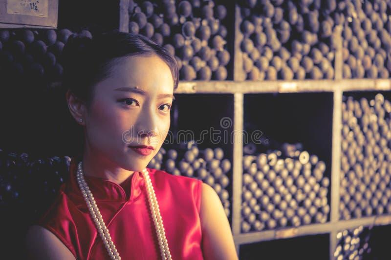 Chinese tienerarbeider in een de opslagwinkel van het staalmetaal stock fotografie