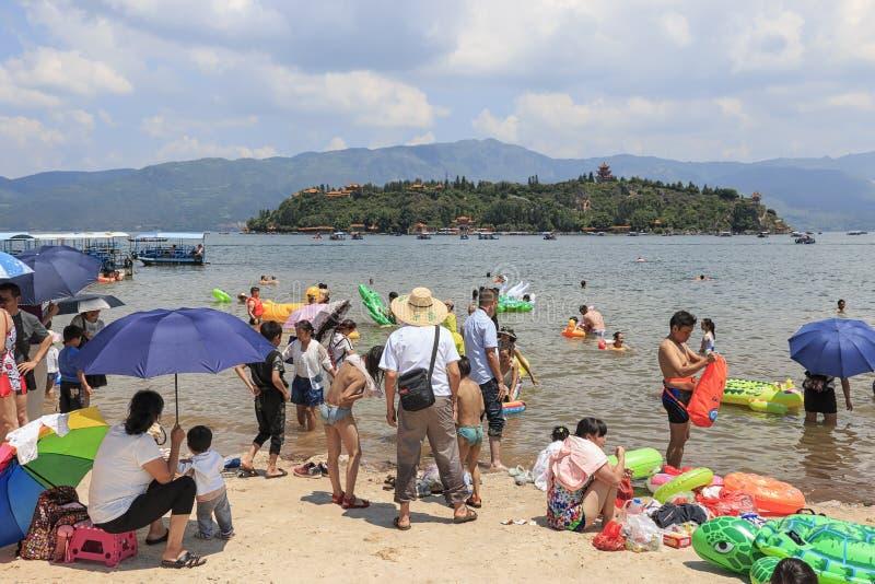 Chinese toeristen op een strand van het Fuxian-Meer in Yunnan, het thid diepste meer in China Het wordt gevestigd halfwy tussen h royalty-vrije stock foto