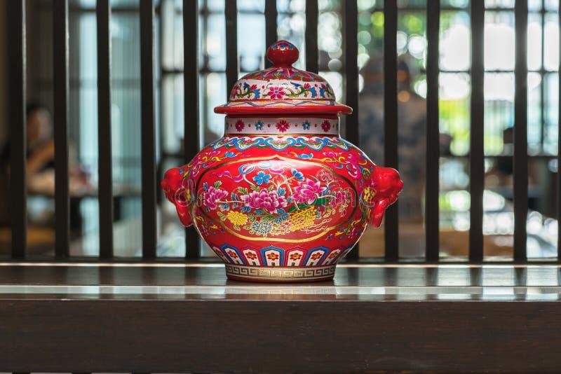 Chinese traditionele vazen op de lijst stock fotografie