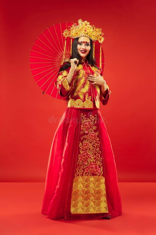 Chinese Traditionele Vrouw Mooi jong meisje die in nationaal kostuum dragen stock fotografie
