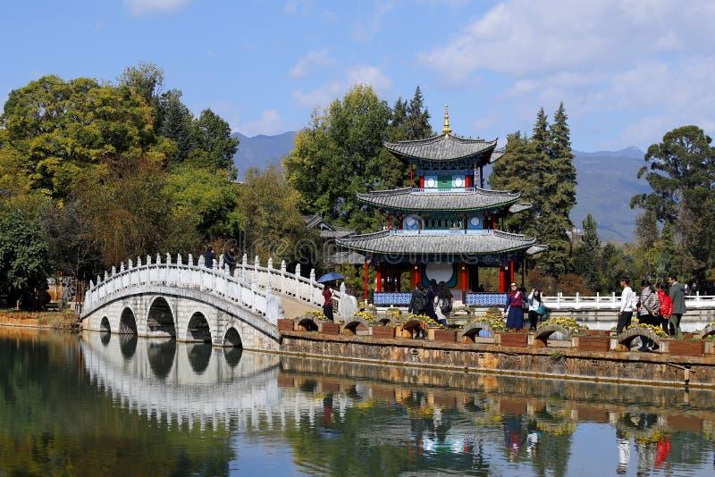 Chinese tuinen in Lijiang Zwart Dragon Pool in Jade Spring Park, Lijiang, Yunnan, China Het werd gebouwd in 1737 tijdens Qing-dy stock foto's