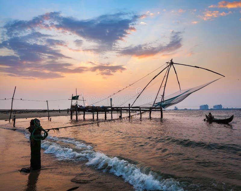 Chinese visnetten op zonsondergang. Kochi, Kerala, India stock afbeelding