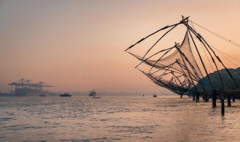 Chinese visnetten tijdens de Gouden Uren bij Fort Kochi, het werk van de de zonsopgangvisser van Kerala, India stock fotografie
