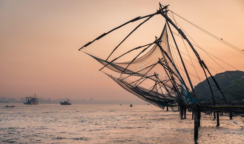 Chinese visnetten tijdens de Gouden Uren bij Fort Kochi, Kerala, India stock afbeelding