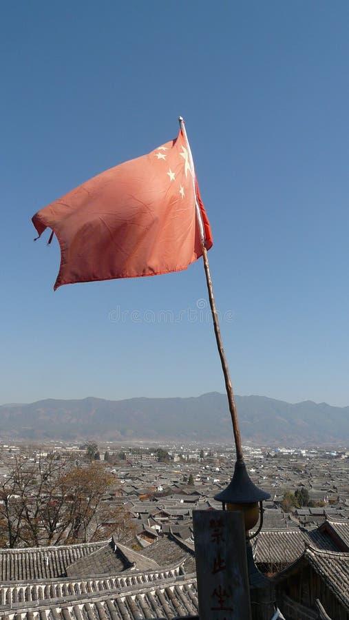 Chinese vlag bij lijiang oude stad stock foto's